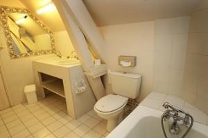 Chambre Royale salle de bain complète hotel challans